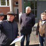 Тарас Ефимов обсудил с жителями микрорайона Заря благоустройство тротуара