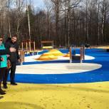 Каширские единороссы проверили ход установки детского игрового комплекса в городском парке