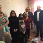 «Крепкая семья»: Светлана Максимова вручила многодетной семье из п. Максатиха подарки