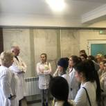 «Здоровое будущее»: студенты медицинского колледжа познакомились с работой нескольких отделений 8-й горбольницы