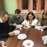 Дмитровские партийцы приняли участие в новогоднем мастер-классе по росписи имбирного пряника