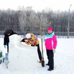Сумкинские единороссы активно участвовали в возведении поселкового снежного городка