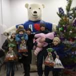Партийцы из районов области продолжают поздравлять детей с наступающим Новым годом