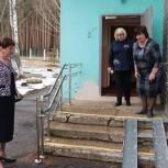 Партийцы городского округа Озёры проверили доступность входа в социально-реабилитационном центре
