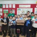 Единороссы Красноселькупа научили детей делать кормушки