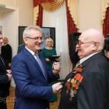 Иван Белозерцев вручил первые юбилейные медали в честь 75-летия Победы