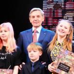 Андрей Артюхов вручил юным иллюстраторам уникальный альбом, посвященный сказке Ершова