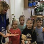 Светлана Давыдова, лобненский депутат-единоросс, вручила билеты на спектакль детям из многодетной семьи
