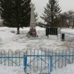 Молодогвардейцы Первомайского района очистили от снега мемориал воинской славы