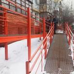 Ольга Волкова проверила подъезды в Королёве на предмет наличия безбарьерной среды