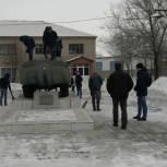 Молодогвардейцы Ключевского района очистили от снега территорию памятника воинам-интернационалистам