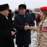 В День защитника Отечества единороссы вручили памятные знаки участникам Парада Памяти