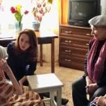 Партийцы вручили юбилейную награду и памятные подарки ветерану из Заводского района
