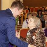 Алтайские единороссы вручают ветеранам ВОВ медали 75-летия Победы