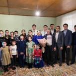 Единороссы поздравили многодетную семью с Международным женским днем