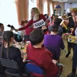 Замечательное весеннее настроение подарили женщинам Магадана Ксения Суханкина и Александр Вахов