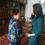 Ерохина поздравила ветеранов с юбилеем и вручила им памятные подарки