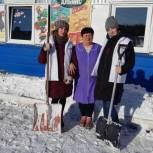 Активисты «Молодой Гвардии» провели акцию «Уборка снега в селе»
