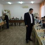 В рамках партийного проекта ЕР «Новая школа» в волгоградской школе прошел мастер-класс по шахматам