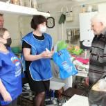 Волонтеры и партийцы оказывают помощь пожилым людям Ялуторовского района