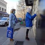 Волонтёры развозят продуктовые наборы королёвским пенсионерам