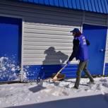 Участники «ПолитСтартапа» в Тюменском районе помогли ветерану очистить двор от снега