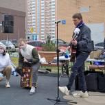 Аплодировали всем домом! Подмосковная «Молодая Гвардия» в Видном провела акцию в поддержку врачей