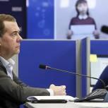 Медведев: «Единая Россия» будет помогать, пока пандемия не пойдет на спад