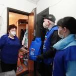 Тюменские волонтеры навестили ветеранов-педагогов на самоизоляции