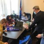 Валерий Лидин передал многодетной семье ноутбук