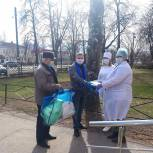 Тумские волонтеры раздали медикам  маски и защитные костюмы