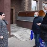 Тарас Ефимов передал продуктовые наборы многодетной семье и инвалиду войны в микрорайоне Павлино