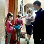 Девяти нуждающимся семьям Николай Кузяков подарил компьютеры