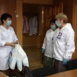 Соцработники, врачи скорой помощи и волонтеры в регионах получат миллион медицинских масок