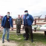 Волонтеры доставили корм на страусиную ферму в Чикче