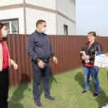 Депутаты - единороссы вручили сертификат на 100 тысяч рублей жителям Мошковского района для обустройства спортивной площадки