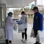 В Коми начали передавать продуктовые наборы врачам
