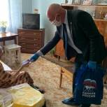 Вместе с товарами первой необходимости обратившиеся в волонтёрский центр саратовцы получают георгиевские ленточки