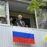 Партийцы вместе с военным оркестром провели парад у дома ветерана в ЗАТО Светлый