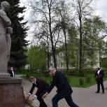 Партийцы Балашихи возложили цветы к Обелиску «Скорбящая мать» в микрорайоне Саввино Балашихи