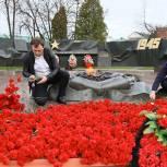 Тысячи гвоздик возложили к Вечному огню Сергей Пахомов и Михаил Токарев в Сергиевом Посаде