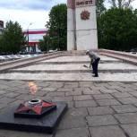 В Петровске от лица ветеранов партийцы возложили цветы к Вечному огню