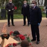 Владимир Вшивцев возложил цветы к мемориалу Славы на площади Партизан в Рузе