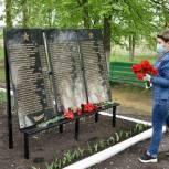 Партийцы от имени ветеранов возложили цветы к памятникам в рамках акции «Цветы Победы»