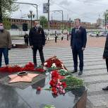 Владимир Ружицкий возложил цветы к мемориалу «Вечный огонь» в Люберцах