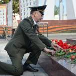 Активисты местных отделений возложили цветы и венки к мемориалам