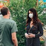 Тюменские волонтеры передали врачам маски и сладкие подарки