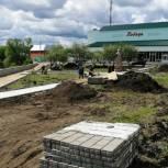 Жители Калининска вместе с партийцами контролируют ход работ по реконструкции сквера