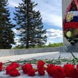 В Черноголовке к мемориалу памяти на бульваре Золотого, недавно оскверненного вандалом, возложили венки