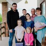 Артем Никитин поздравил многодетные семьи с Днем защиты детей